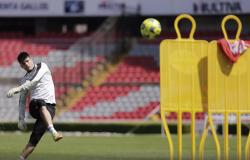 Companheiro de Ronaldinho, Tiago Volpi pega e até bate pênaltis