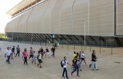 Pais protestam contra possível fechamento de escola na Arena