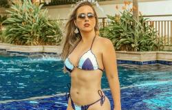 De biquíni, ostentando boa forma, Patrícia Leitte filosofa na piscina