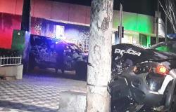 Viatura da Força Tática bate em poste após perseguição, dois PMs feridos