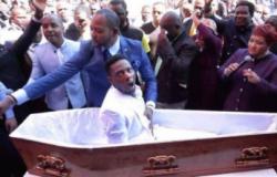 """Pastor viraliza ao """"ressuscitar"""" homem dentro de caixão"""