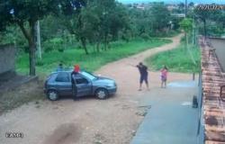 Bandidos rendem família ao chegar em casa e roubam carro