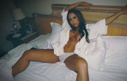 Mulher Melão aparece em foto ousada na cama