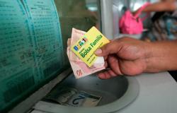 """Mulher é detida em banco fazendo saques de vários cartões do """"Bolsa Família"""""""