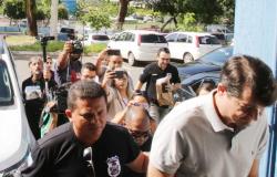 Ex-secretário de Saúde confessa propina e deixa prisão com tornozeleira