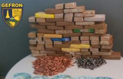 Gefron apreende 54 kg de drogas e 685 munições de fuzil em ônibus escolar