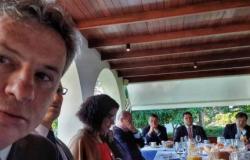 Mendes toma café com Bolsonaro e discute pacto federativo