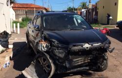 Motorista de picape bate em moto e derruba parede de casa em VG