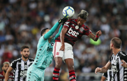 Flamengo vence Botafogo e garante vantagem de 8 pontos no Brasileiro