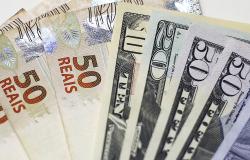 Dólar sobe para R$ 4,14 e fecha no maior valor em um mês