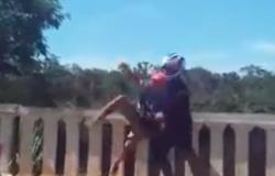 Motociclista impede rapaz de se jogar do Portão do Inferno
