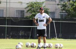 Desfalcado do técnico Ramon, Vasco enfrenta Coritiba no Couto Pereira