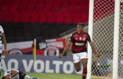 Flamengo derrota Coritiba e dorme na liderança do Brasileiro