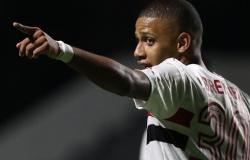 São Paulo vence Goiás e assume liderança do Brasileiro