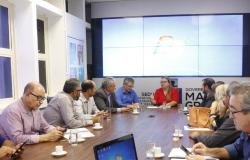 Secretária de Educação recebe comissão do Colégio de Cáceres que teve uma cratera aberta no meio da sala de aula
