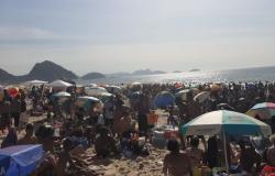 Praia de Copacabana amanhece lotada neste 1° dia do ano