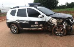 Viatura da Polícia Civil atinge árvore em estrada do Nortão