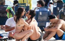 Isis Valverde esquenta o clima na praia com o marido