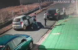 Mãe que levava criança a escola teve o carro roubado por ladrões.