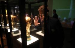 """Neymar publica foto perto da taça e diz """"Rumo à glória, rumo ao Hexa"""""""