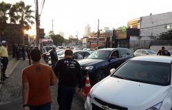 Motoristas são pegos pela polícia em blitz embriagados após jogo da copa.