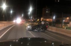 Carro capota em viaduto na Miguel Sutil