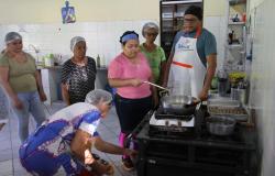 Moradoras do CPA aprendem a fazer salgados tradicionais no projeto Qualifica 300