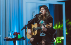 Roberta Miranda realiza live impecável