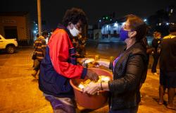 Moradores de rua recebem cobertores de ação social
