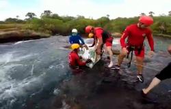 Bombeiros resgatam corpo de rapaz de 22 anos que morreu em cachoeira