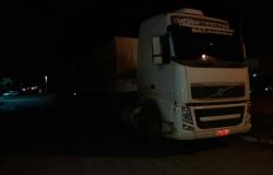 Bandidos rendem caminhoneiro na BR e abandonam veículo após perseguição