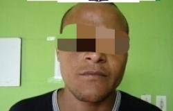Homem com tornozeleira eletrônica, tenta evitar a prisão, batendo cabeça na viatura