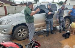 Acidente entre caminhonete e moto deixa três pessoas feridas