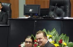 Max Russi homenageia a tenente-coronel Cláudia Regina, comandante do 7º Batalhão de Polícia Militar de Rosário Oeste