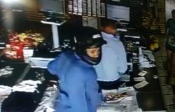Bandidos assaltam supermercado e na fuga roubam moto