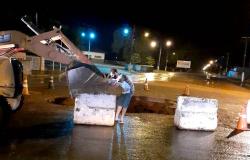 Prefeitura sinaliza buraco criado pela chuva na Avenida Cel. Artur Borges e aguarda estiagem para fazer os reparos no local
