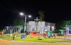 A decoração natalina e muitas luzes chamam atenção na Praça da Matriz