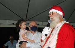Assistência Social em dois momentos: recepção a Papai Noel e entrega de cestas básicas