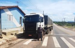 PM recupera caminhão carregado de soja roubado em MT