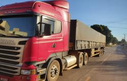 Polícia recupera carreta roubada com carga de caroço de algodão