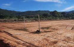 Campo de futebol do Sela Dourada é  limpo após matéria divulgada em site