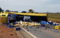 Caminhão carregado de cerveja tomba na MT-242