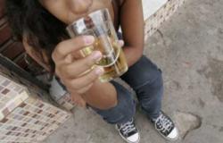 Mãe é presa em flagrante por dar bebida alcoólica à filha de 13 anos