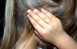 Mulher flagra o marido estuprando sobrinha na sala de casa
