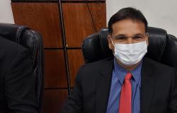 Vereador Prof.Eliés questiona uso de caminhão pipa para molhar canteiros  e gramas em Nobres