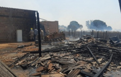 Casas são destruídas pelo fogo após incêndio em lavoura