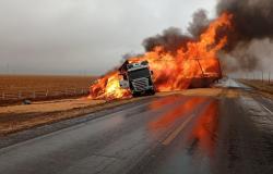 Duas carretas batem e pegam fogo em BR-163 em MT