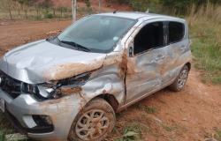Veículo com turistas se envolvem em acidente na Coqueiral; veja fotos