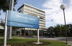 Trabalhadores da Mercedes continuam com greve por reajuste salarial.