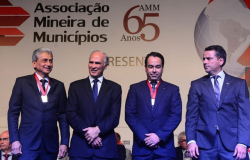 Presidente da AMM participa do 35° Congresso Mineiro e recebe Medalha do Mérito Municipalista